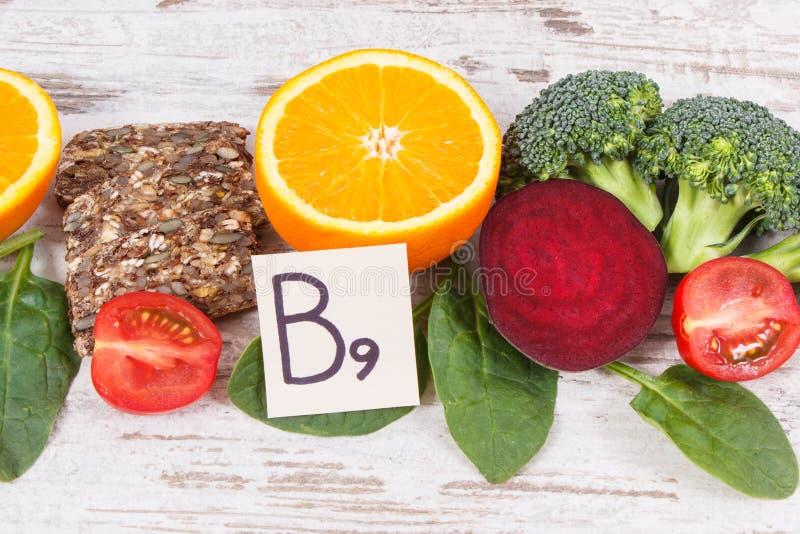 Comida nutritiva sana como el ?cido f?lico de la fuente, los minerales, la vitamina B9 y fibra diet?tica fotos de archivo