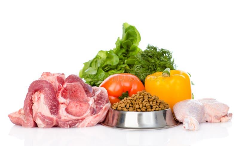 Comida orgánica y seca para los animales domésticos Aislado en el fondo blanco imagenes de archivo