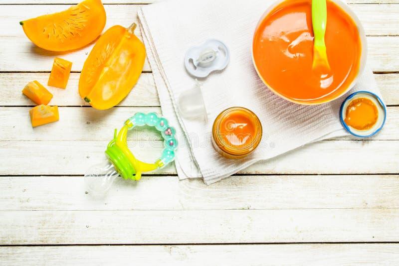 Comida para bebé Puré da abóbora fresca imagens de stock royalty free