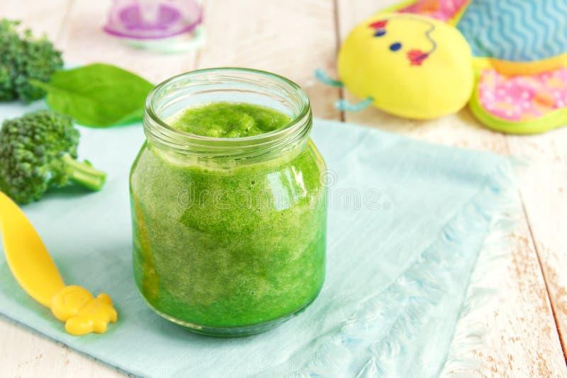 Comida para bebê dos brócolis imagens de stock royalty free