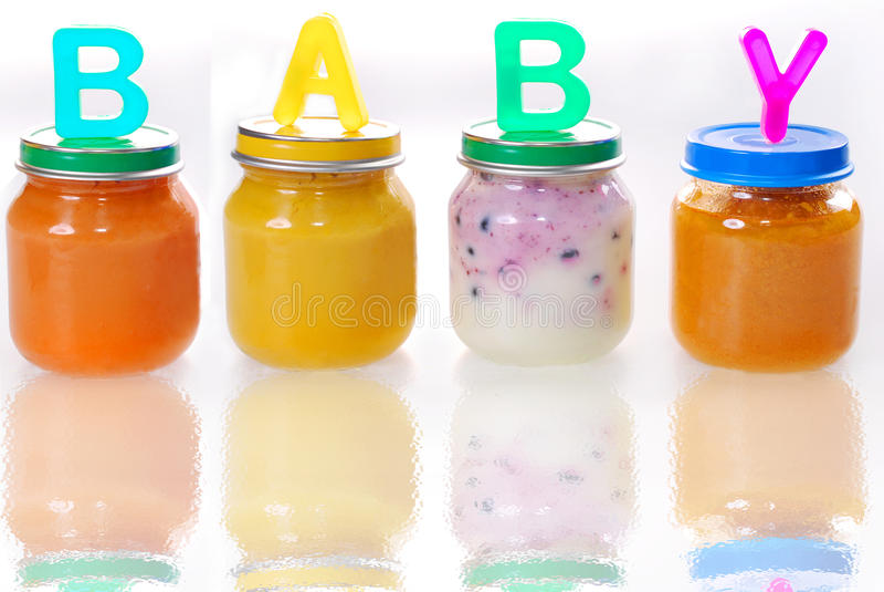 Comida para bebê em uns frascos no vidro fotos de stock