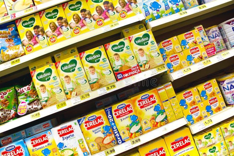 Comida para bebê no supermercado imagem de stock