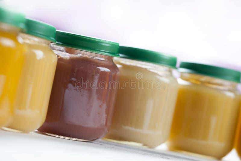 Comida para bebê pré-feito saudável em uma tabela de madeira imagem de stock