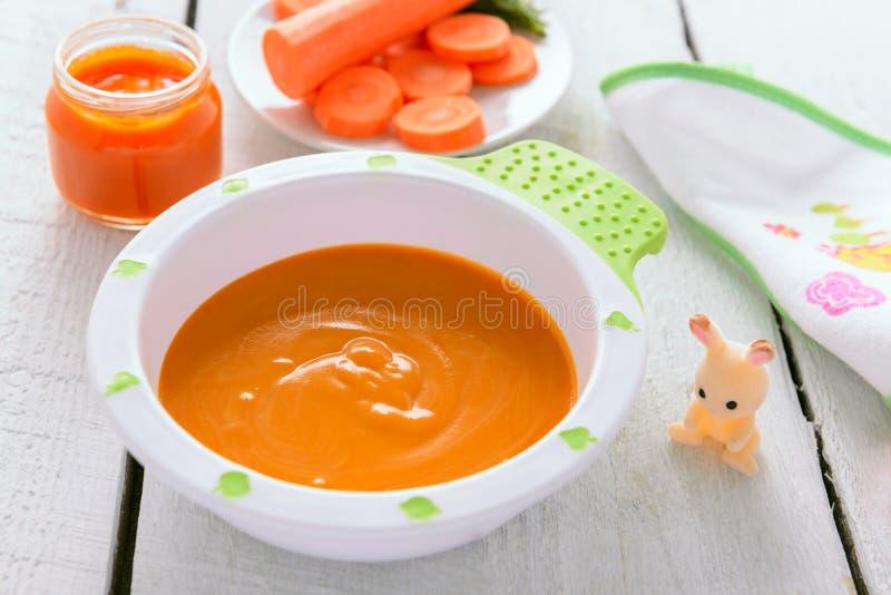 Comida para bebê: puré orgânico da cenoura imagem de stock