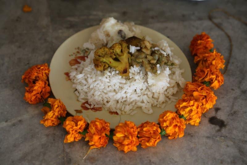Comida para la adoración religiosa, templo budista en Howrah, la India fotografía de archivo libre de regalías