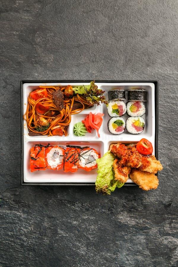 Comida para llevar o a casa llena de la porción de Bento Single en el cuision japonés imagenes de archivo