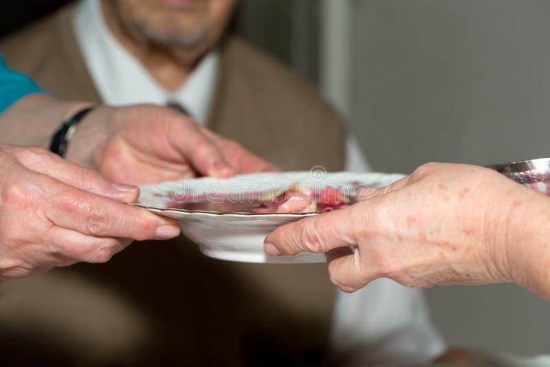 comida para los pobres y los desamparados imagen de archivo