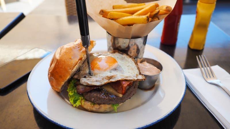 Comida perfecta de la hamburguesa en un restaurante del heavy imagenes de archivo