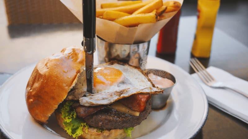 Comida perfecta de la hamburguesa en un restaurante del heavy foto de archivo