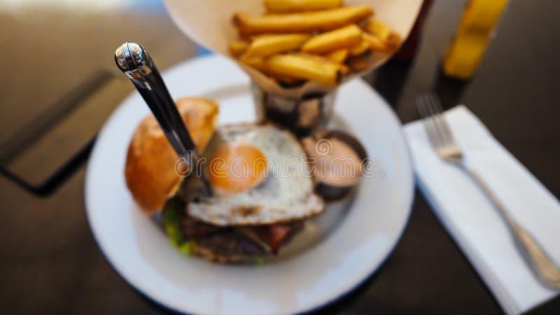 Comida perfecta de la hamburguesa en un restaurante del heavy imagen de archivo libre de regalías