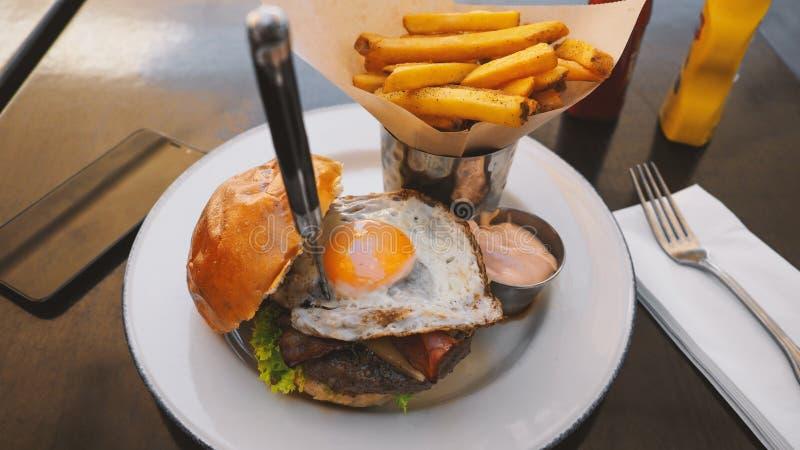 Comida perfecta de la hamburguesa en un restaurante del heavy foto de archivo libre de regalías