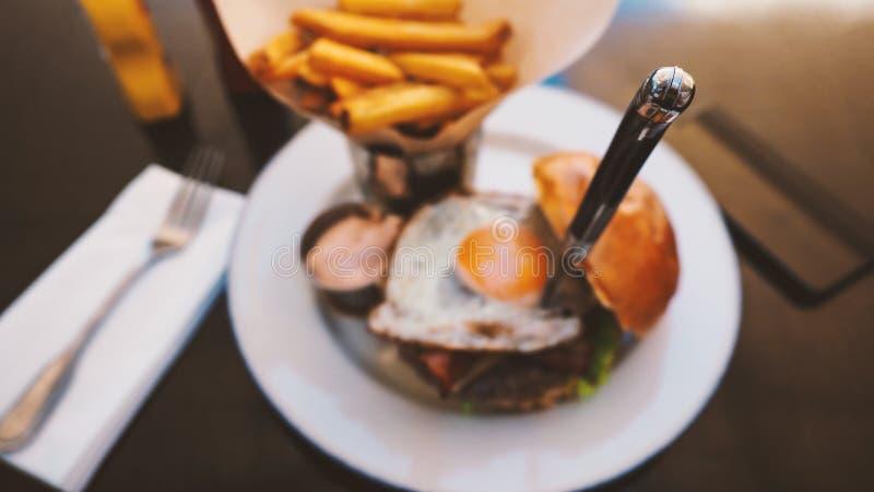 Comida perfecta de la hamburguesa en un restaurante del heavy imágenes de archivo libres de regalías