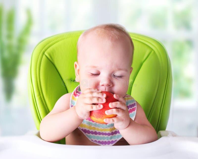 Comida que intenta del bebé primera Niño con la manzana fotografía de archivo