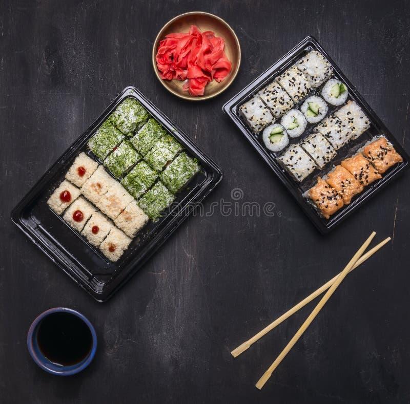 Comida rápida del estilo japonés de la caja del almuerzo de Bento que un montón de buena nutrición, de diverso pepino del rollo d imágenes de archivo libres de regalías