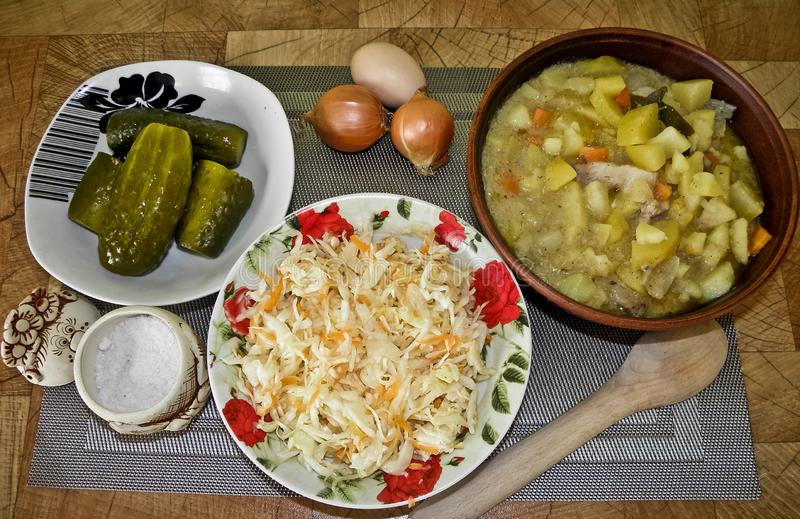 Comida sabrosa sana, patatas guisadas del horno, y un bocado imagen de archivo