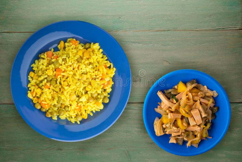 Comida sana asiática Arroz amarillo en una placa con las verduras Comida del este en un fondo de madera imagenes de archivo