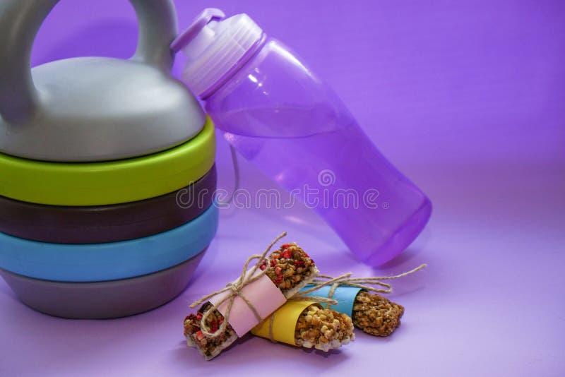 Comida sana, bocado de barras del cereal de Musli, frutas secadas y frutas escarchadas El concepto de nutrición de la dieta y de  fotografía de archivo