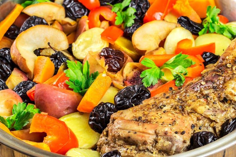 Comida sana, carne de cerdo guisada con las diversas verduras coloridas en la cacerola, opinión del primer foto de archivo libre de regalías