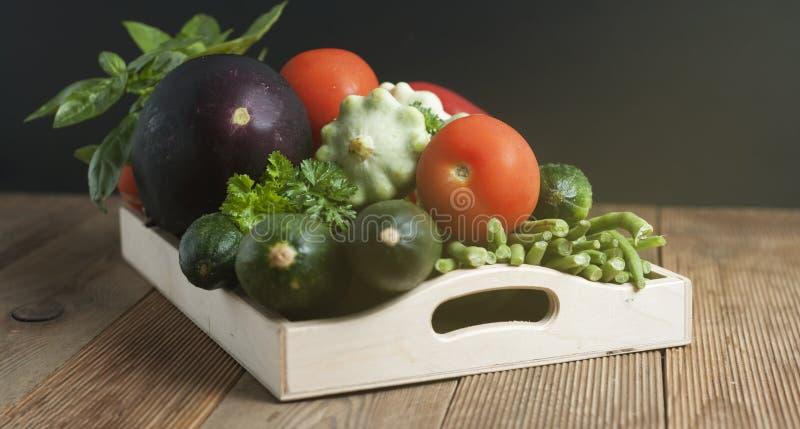Comida sana con la alta fibra Dietting, cerals del trigo integral, granos, verduras, antioxidantes y vitaminas: zzuchini, tomates fotos de archivo libres de regalías