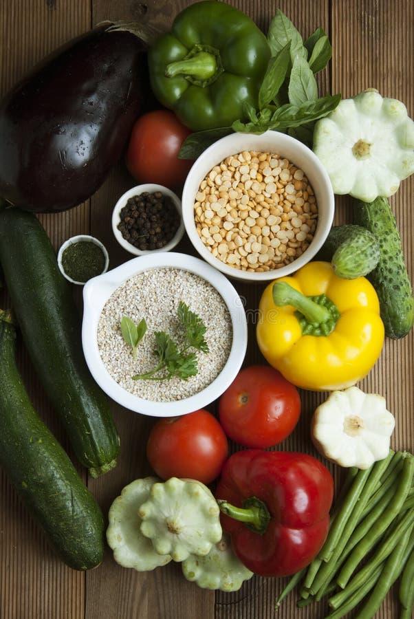 Comida sana con la alta fibra Dietting, cerals del trigo integral, granos, verduras, antioxidantes y vitaminas: zzuchini, tomates fotografía de archivo libre de regalías