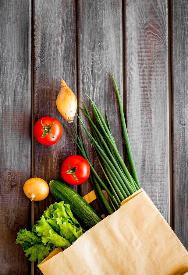 Comida sana con las verduras frescas en bolsa de papel en el espacio de madera de la opinión de top del fondo para el texto fotografía de archivo