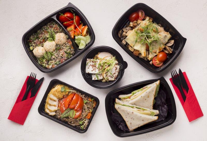 Comida sana con las verduras frescas en las cajas negras a ir fotografía de archivo libre de regalías