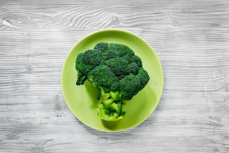 Comida sana con las verduras verdes, frutas para la cena en la opinión superior del fondo gris de la tabla fotografía de archivo libre de regalías