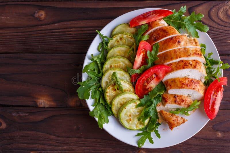 Comida sana, concepto de la dieta Pechugas de pollo cocidas con el calabacín imagen de archivo libre de regalías