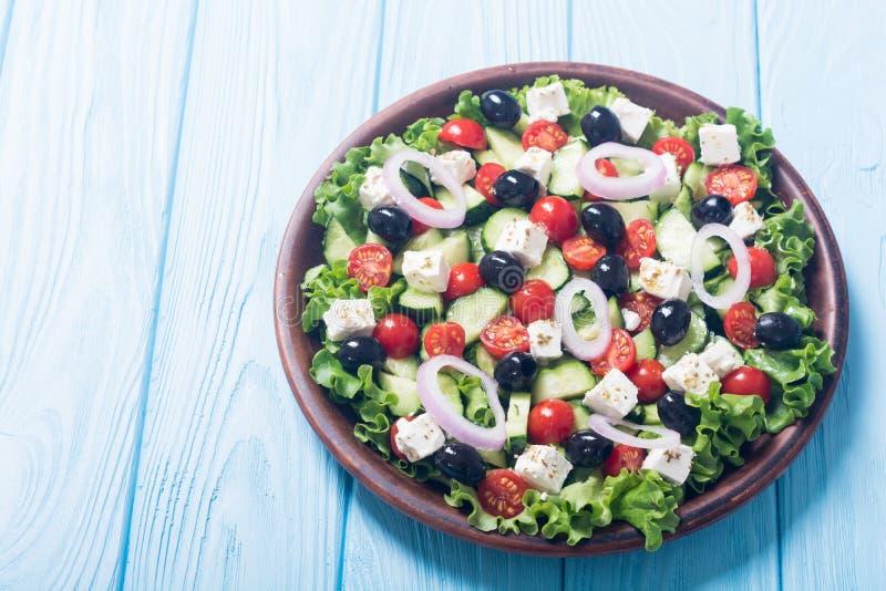 Comida sana de la ensalada griega de las verduras frescas en fondo de madera fotos de archivo libres de regalías