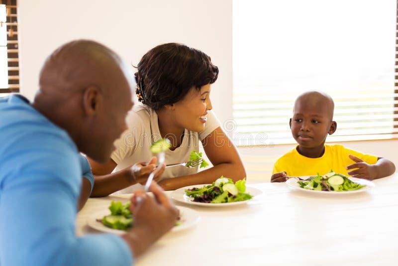 Comida sana de la familia africana foto de archivo libre de regalías