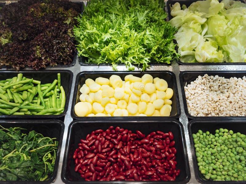 Comida sana de las verduras frescas del bufete de ensaladas fotos de archivo