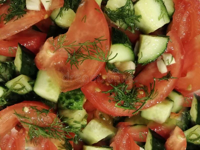 Comida sana del almuerzo del eneldo de los pepinos de los tomates de la ensalada fotos de archivo libres de regalías
