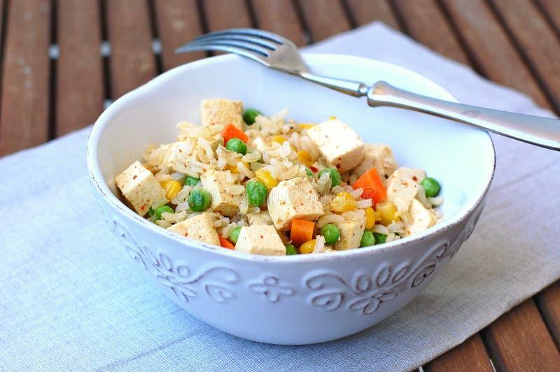 Comida sana del vegano con el queso de soja, los guisantes, la zanahoria, el maíz dulce y el arroz entero del grano fotos de archivo libres de regalías