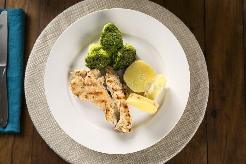 Comida sana deliciosa con el pollo y las verduras asados a la parrilla en la placa Visión desde la tapa imagenes de archivo