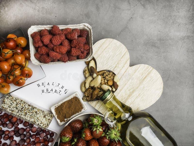 Comida sana en concepto del extracto de la dieta del coraz?n fotos de archivo libres de regalías