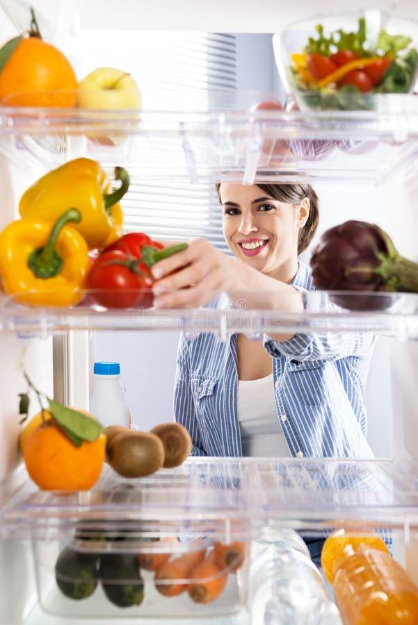 Comida sana en el refrigerador foto de archivo