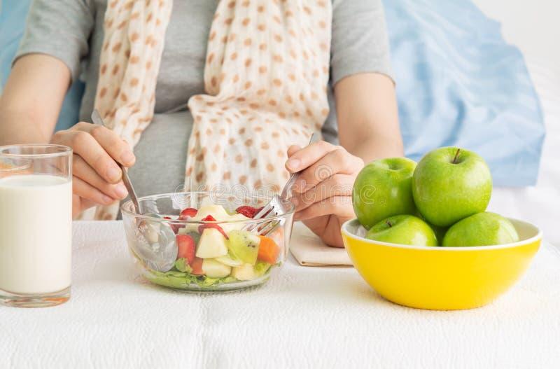 Comida sana en la tabla para las mujeres embarazadas imagen de archivo