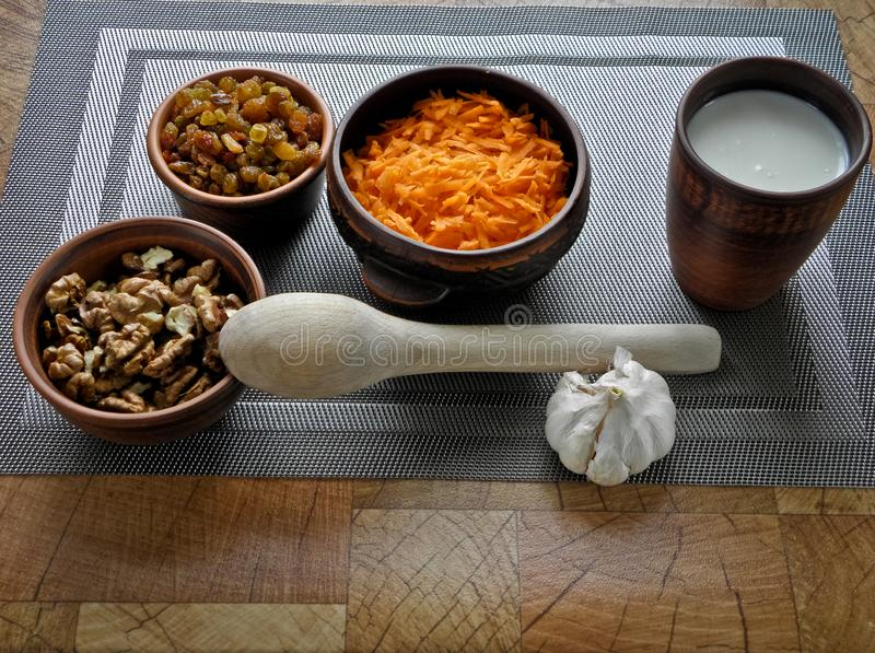 Comida sana en un plato marrón de la arcilla con una cuchara de madera en la tabla fotos de archivo