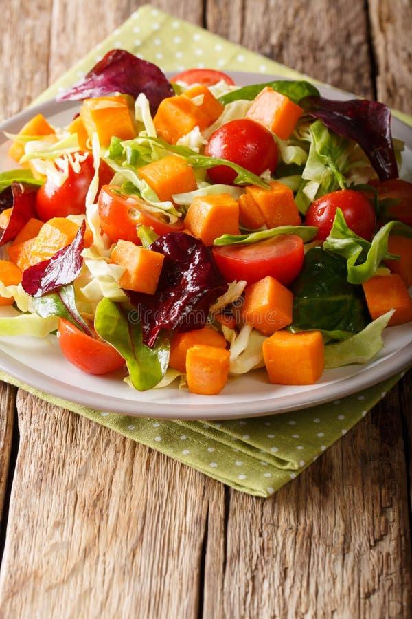 Comida sana: ensalada vegetariana de la patata dulce con vegeta fresco imagenes de archivo