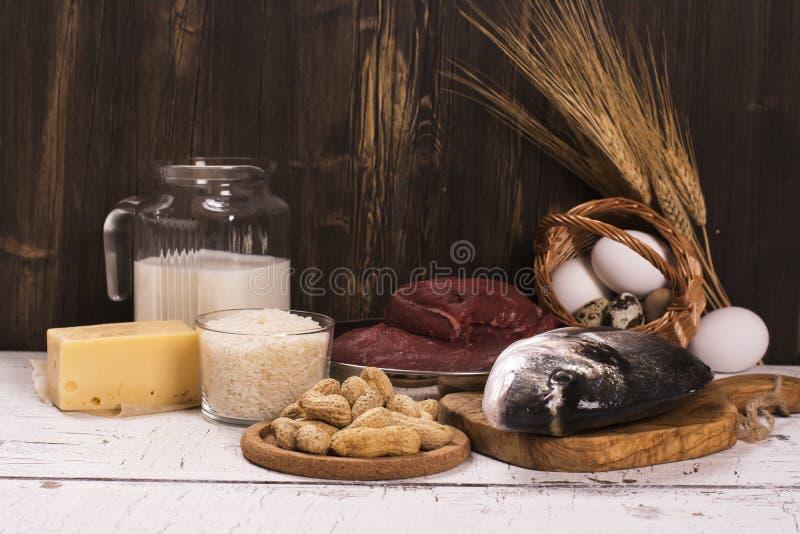 Comida sana, fuentes de proteína naturales sobre la tabla de madera fotografía de archivo