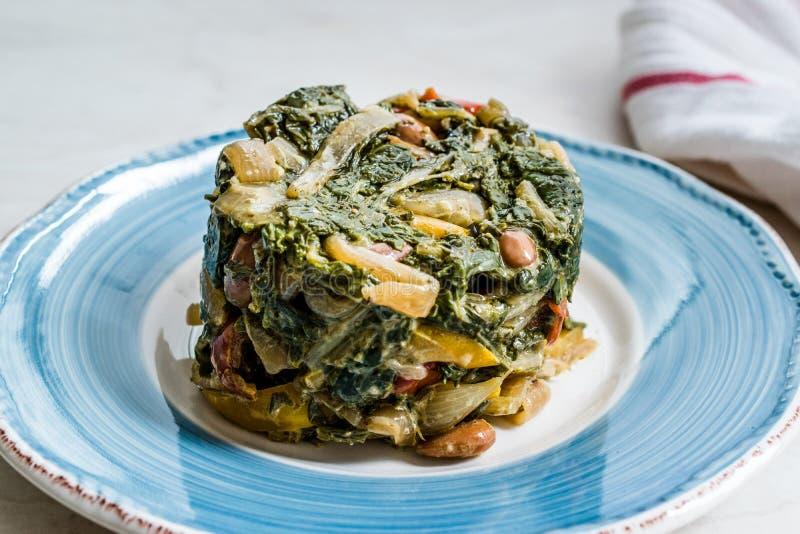 Comida sana hecha en casa del cardo con Olive Oil, las almendras y Julienne Vegetables Turkish Food Pazi Plato orgánico tradicion foto de archivo