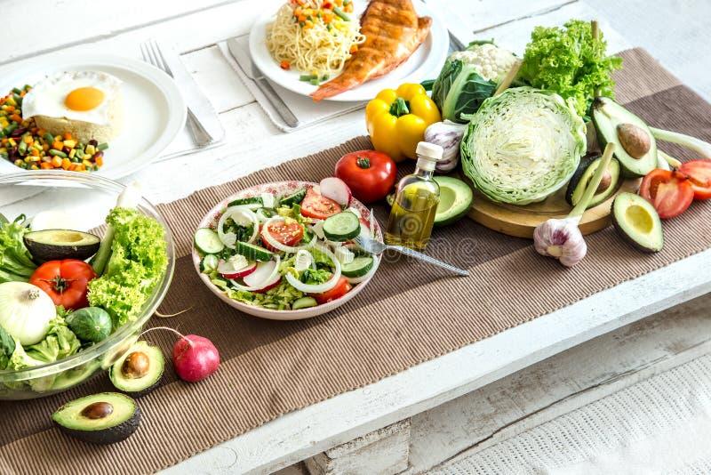 Comida sana orgánica en la mesa de comedor foto de archivo
