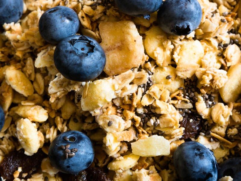 Comida sana para el muesli tropical delicioso del desayuno con el granola, las semillas sanas, de omega-3 y de la fibra estupenda imagenes de archivo