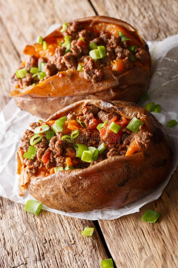 Comida sana: patata dulce rellena con la carne picada con el tomatoe imágenes de archivo libres de regalías