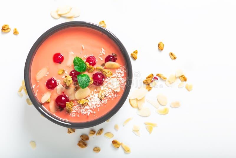 Comida sana por el color del cuenco coralino de vida del desayuno del yogur 2019 con el coco, la almendra, las semillas de lino,  fotos de archivo