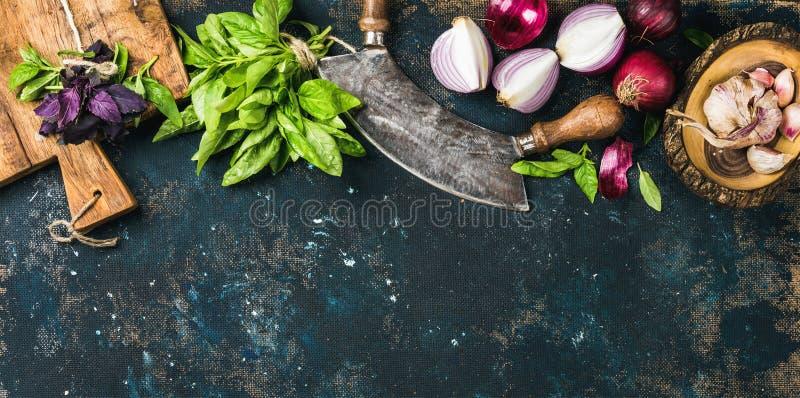 Comida sana que cocina el fondo sobre textura azul marino de la madera contrachapada del grunge foto de archivo