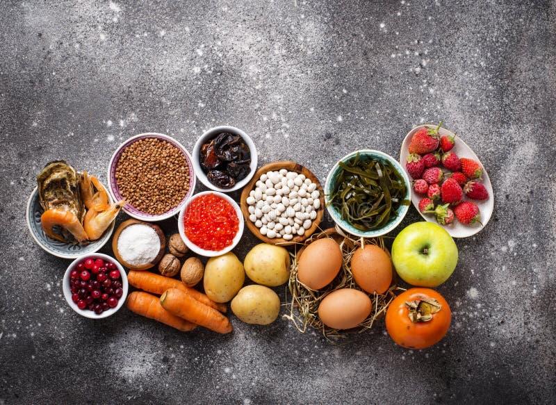 Comida sana que contiene el yodo Productos ricos en m? imagenes de archivo