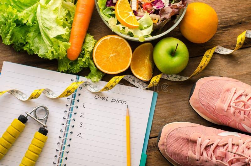Comida sana y cepillado para la dieta imagenes de archivo