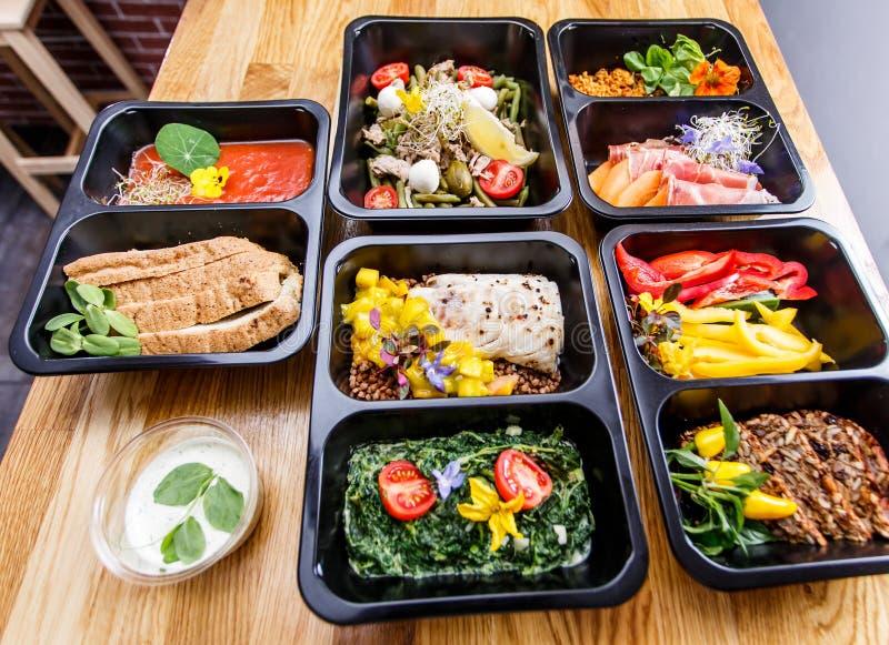 Comida sana y concepto de la dieta, entrega del plato del restaurante Llévese de comida de la aptitud foto de archivo