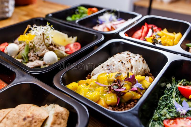 Comida sana y concepto de la dieta, entrega del plato del restaurante Llévese de comida de la aptitud fotos de archivo